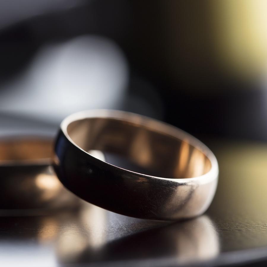 Anillos de casamiento sobre superficie