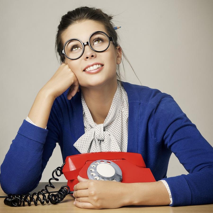 Mujer con teléfono rojo