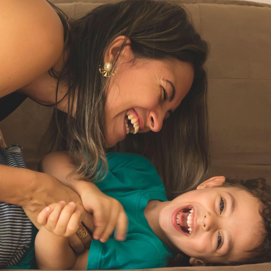 Mujer hispana con niño pequeño, en el sillón