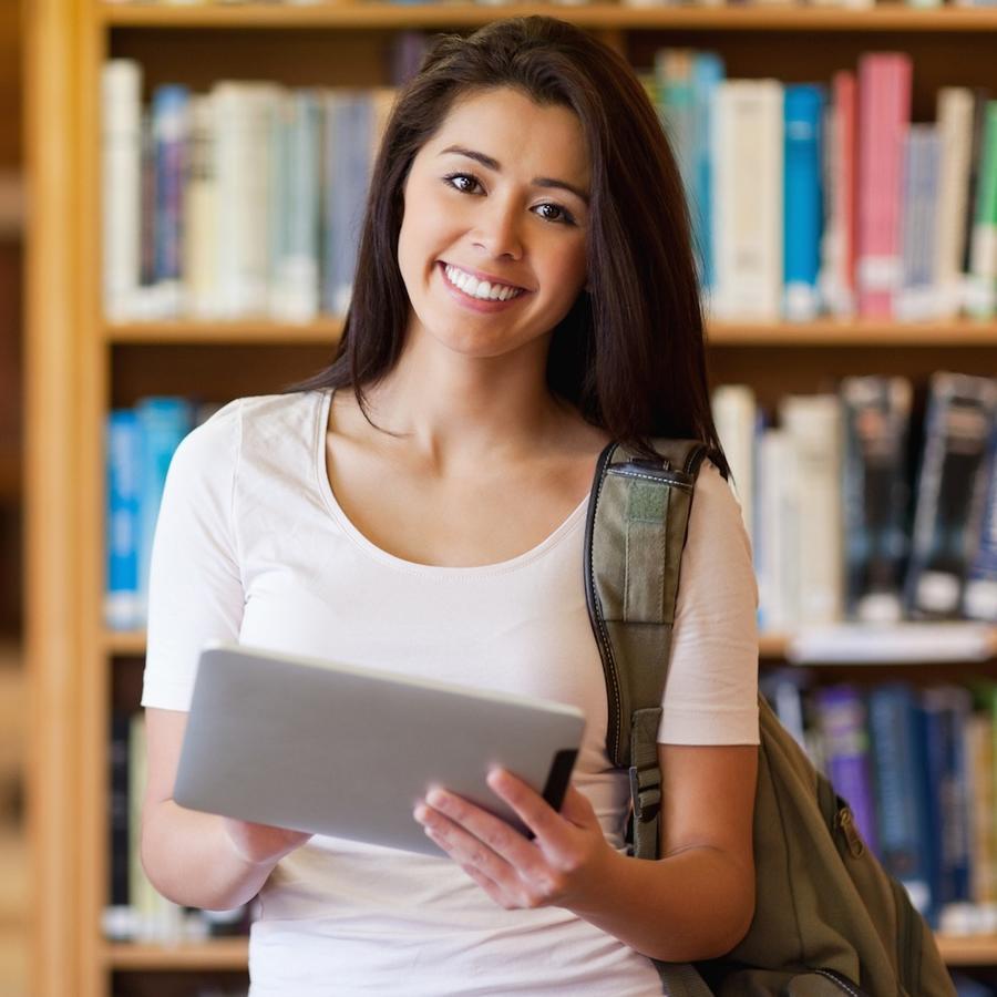 Chica en biblioteca con tableta