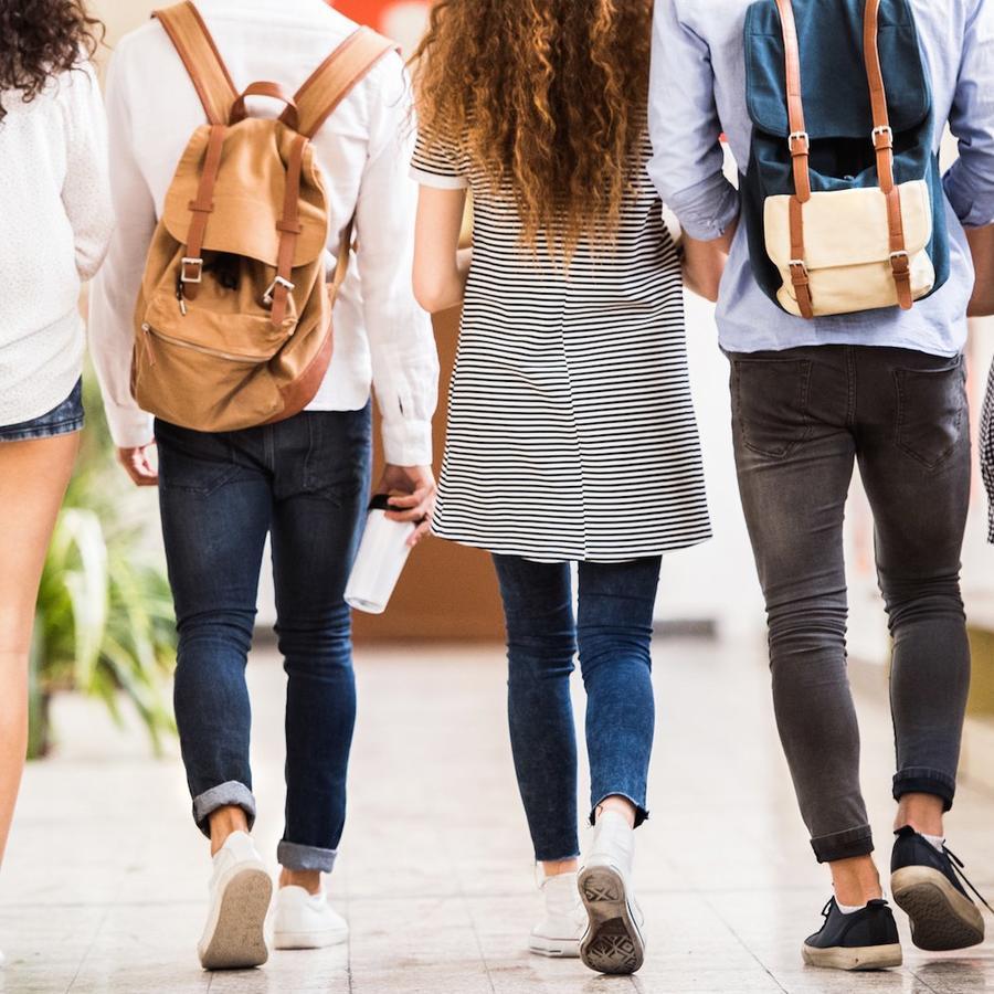 Estudiantes universitarios de espaldas
