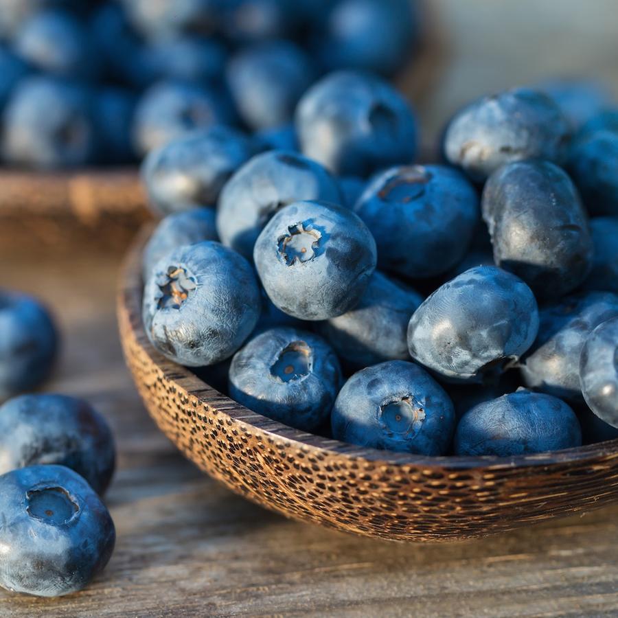 Arándanos azules sobre mesa