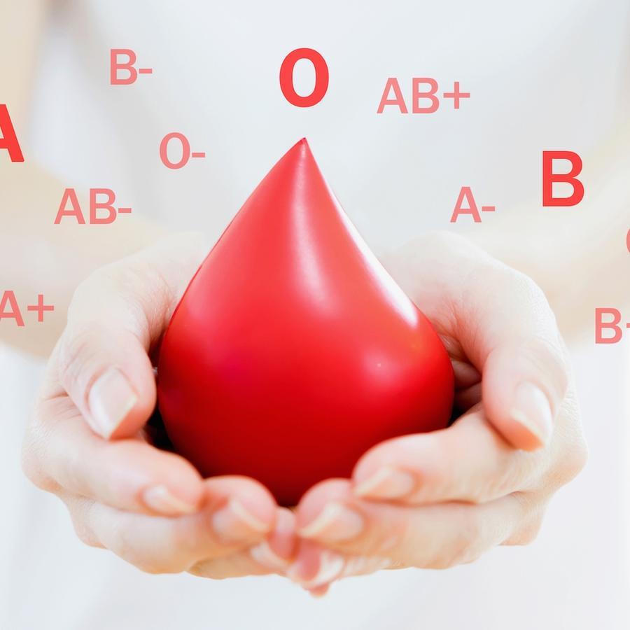 Persona sosteniendo gota de sangre