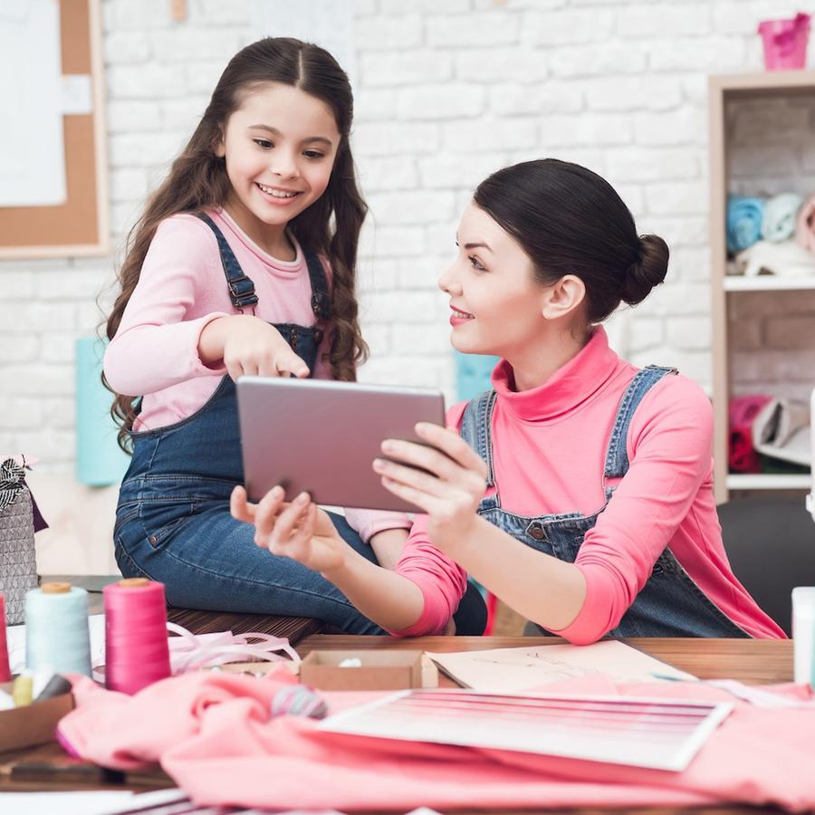 Niña pequeña y madre trabajando juntas