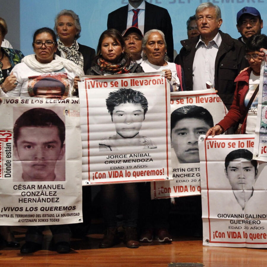 López Obrador se compromete a establecer comisión de verdad sobre Ayotzinapa