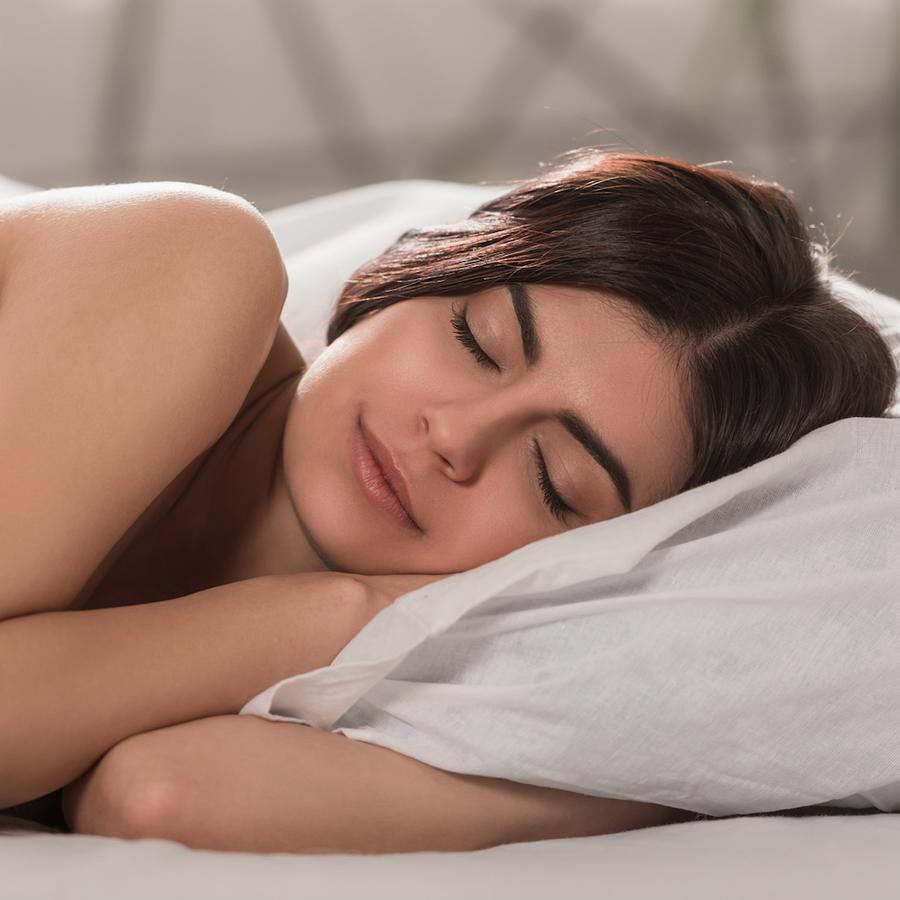 Mujer durmiendo de costado