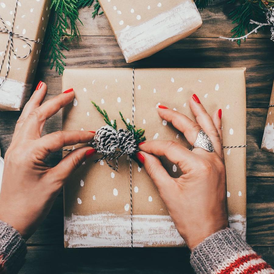 Mujer envolviendo regalos de Navidad