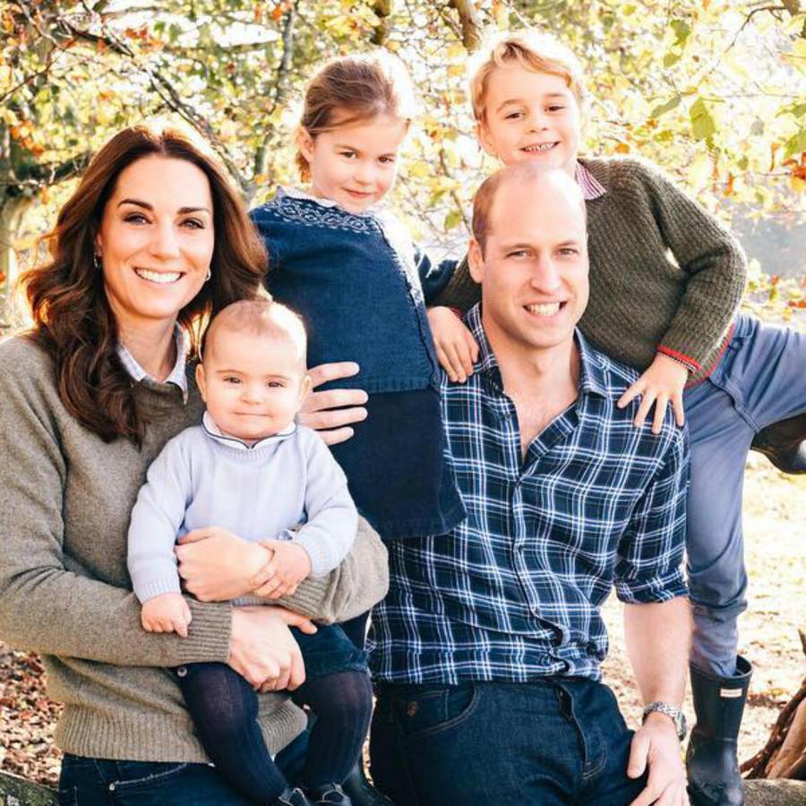 Kate Middleton y el príncipe William con su familia