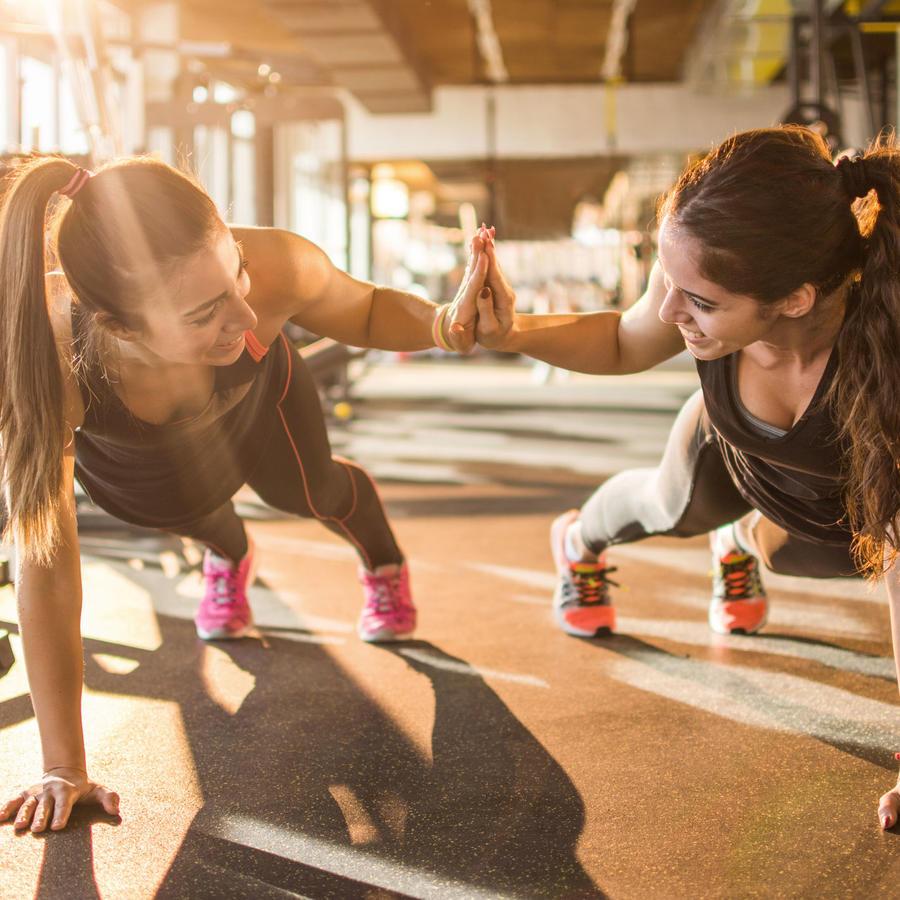 Mujeres chocando manos en el gimnasio