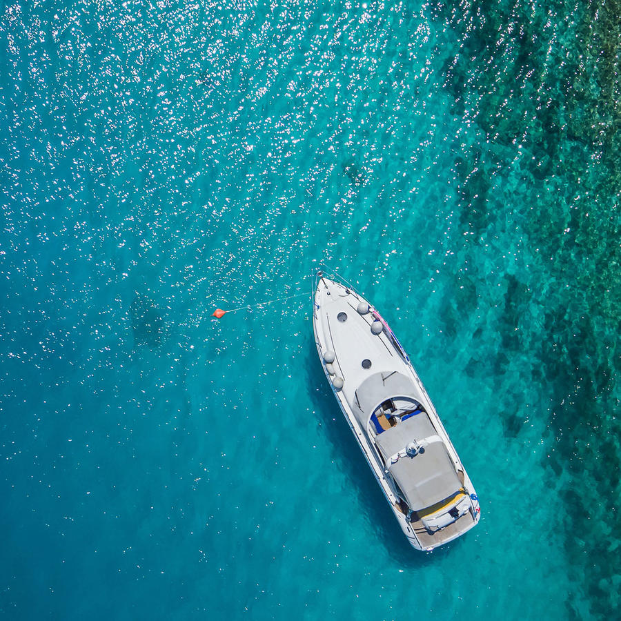Yate de lujo anclado en el mar
