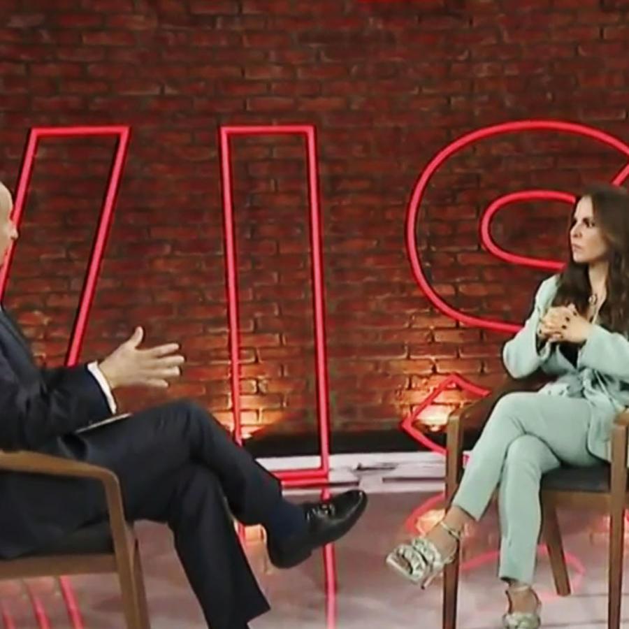 La actriz mexicana Kate del Castillo mientras es entrevistada por José Díaz-Balart