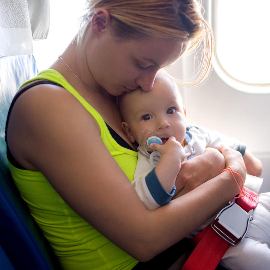 Mamá con bebé en un avión