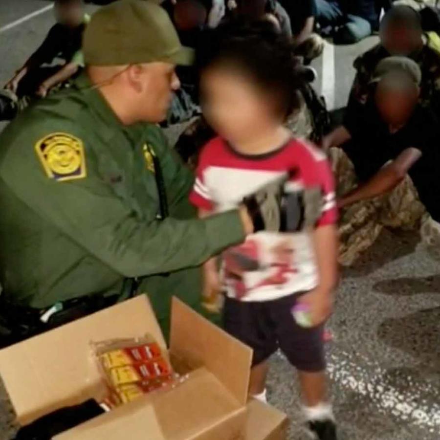 Un migrante menor que viajaba escondido en un camión en una foto de archivo.