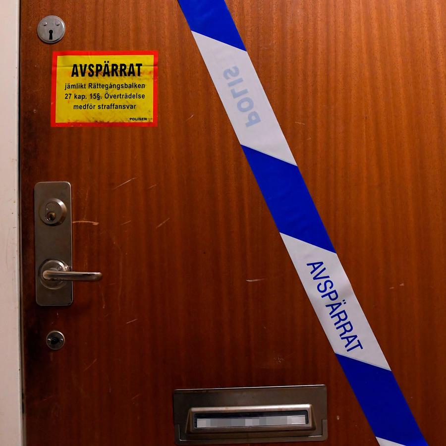 Puerta del apartamentodonde fue hallado un hombre encerrado durante casi 3 décadas. Su madre es la sospechosa.