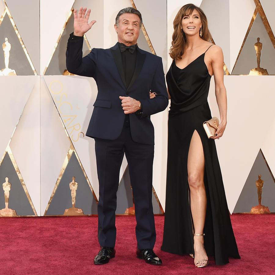 Sylvester Stallone y su esposa en la alfombra roja de los Premios Oscar