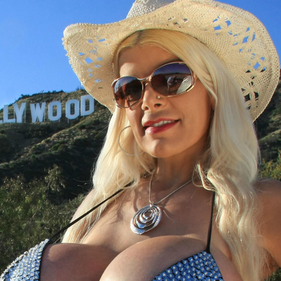Martina Big Frente al letrero de Hollywood