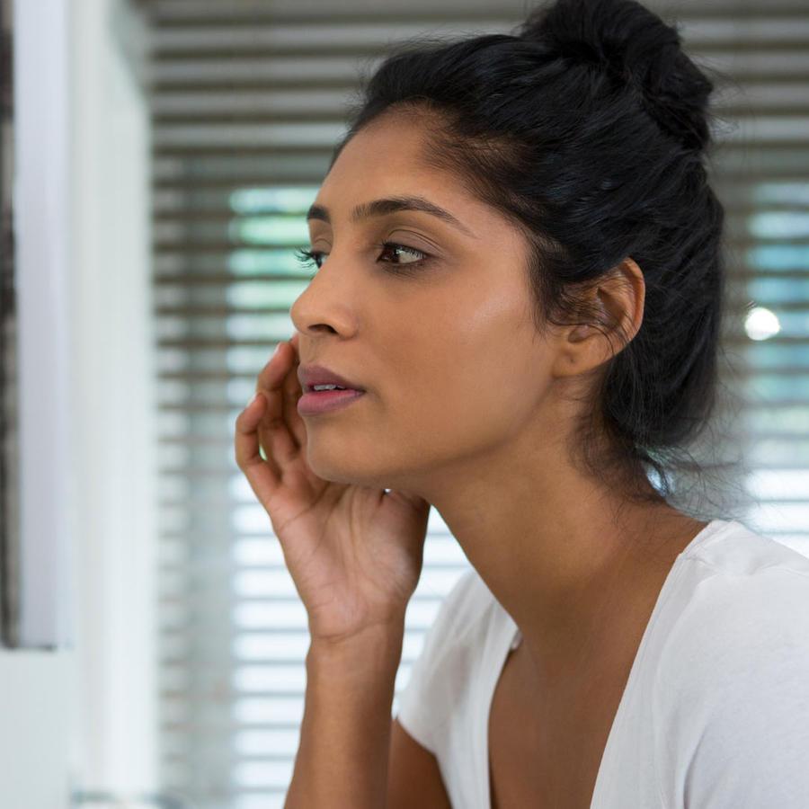 Mujer mirándose el rostro
