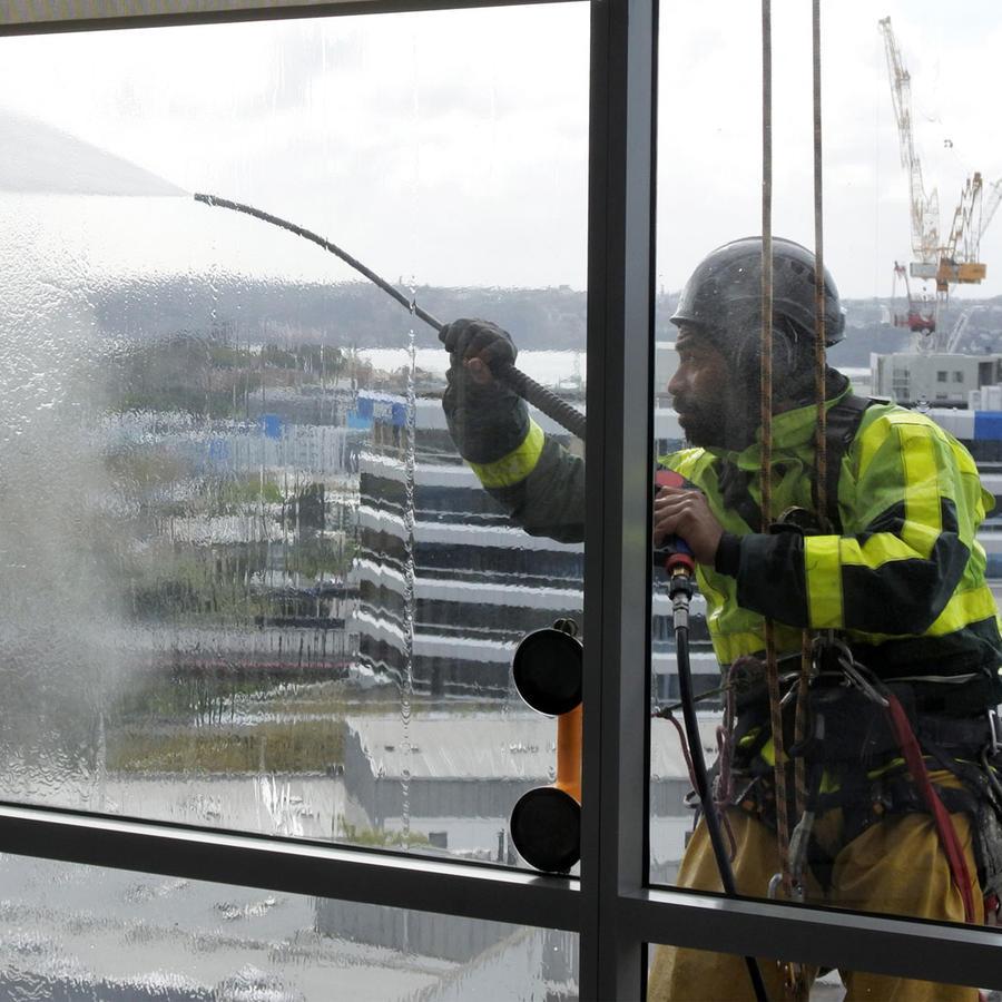 Hombre limpiando vidrios