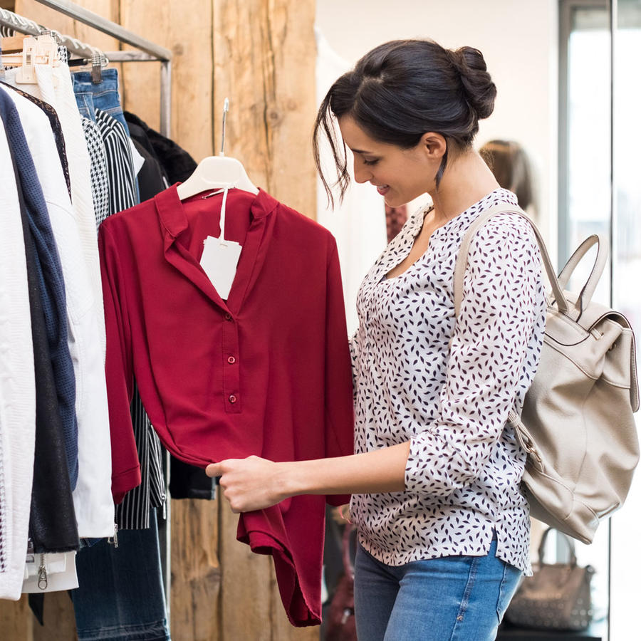 Mujer hispana comprando ropa