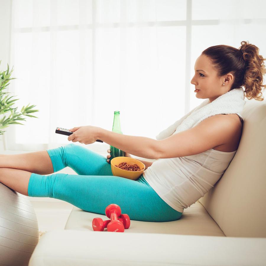 Mirando televisión con ropa deportiva