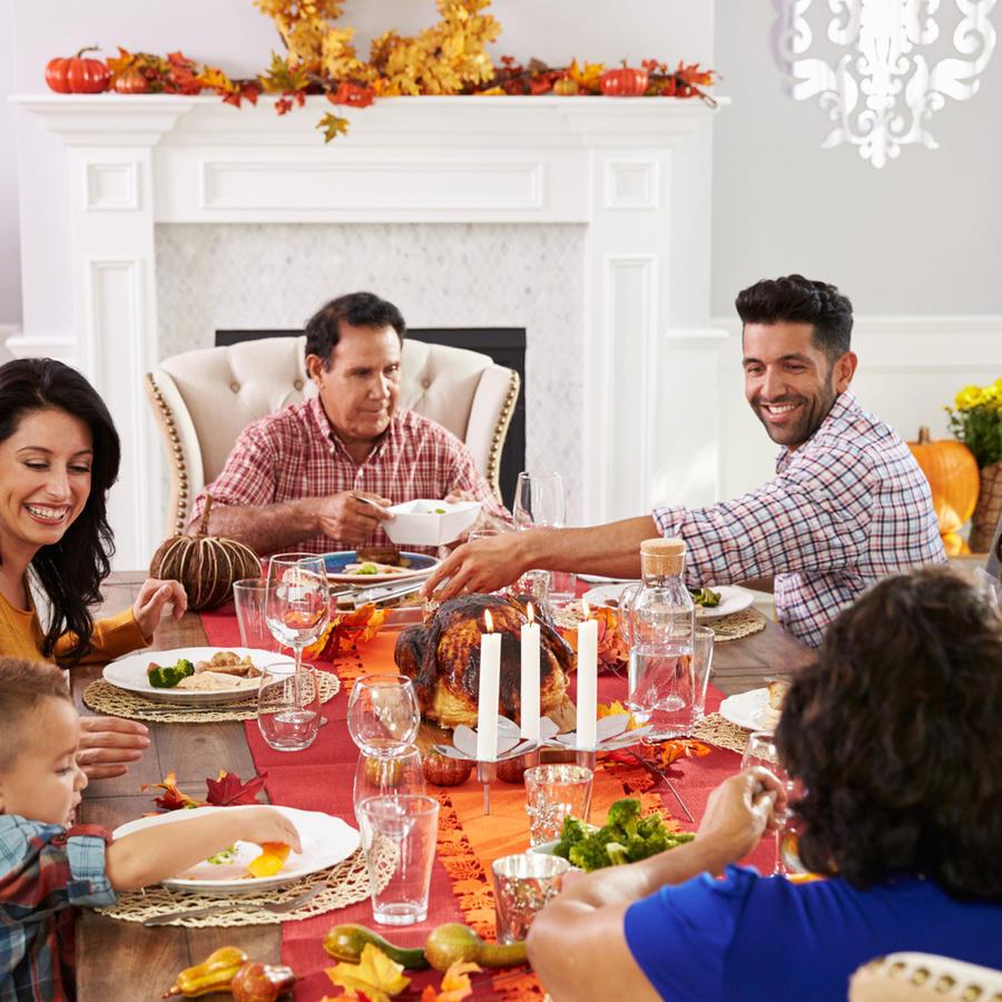 Familia en cena de Thanksgiving