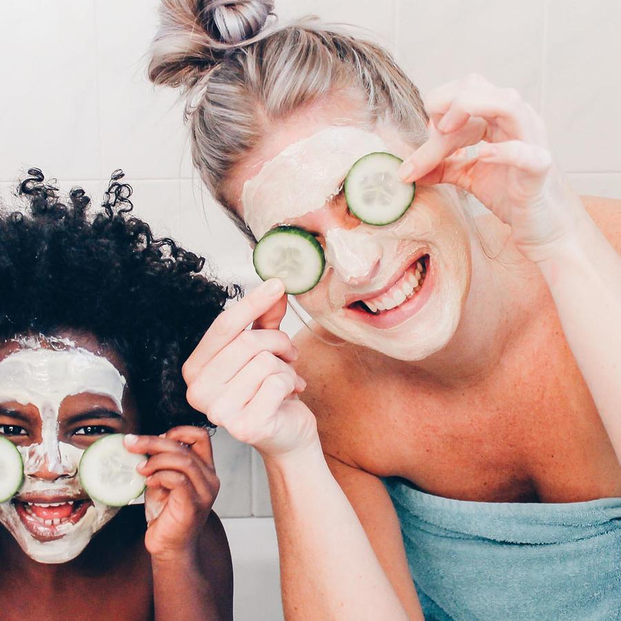 Mamá e hijo usando mascarilla