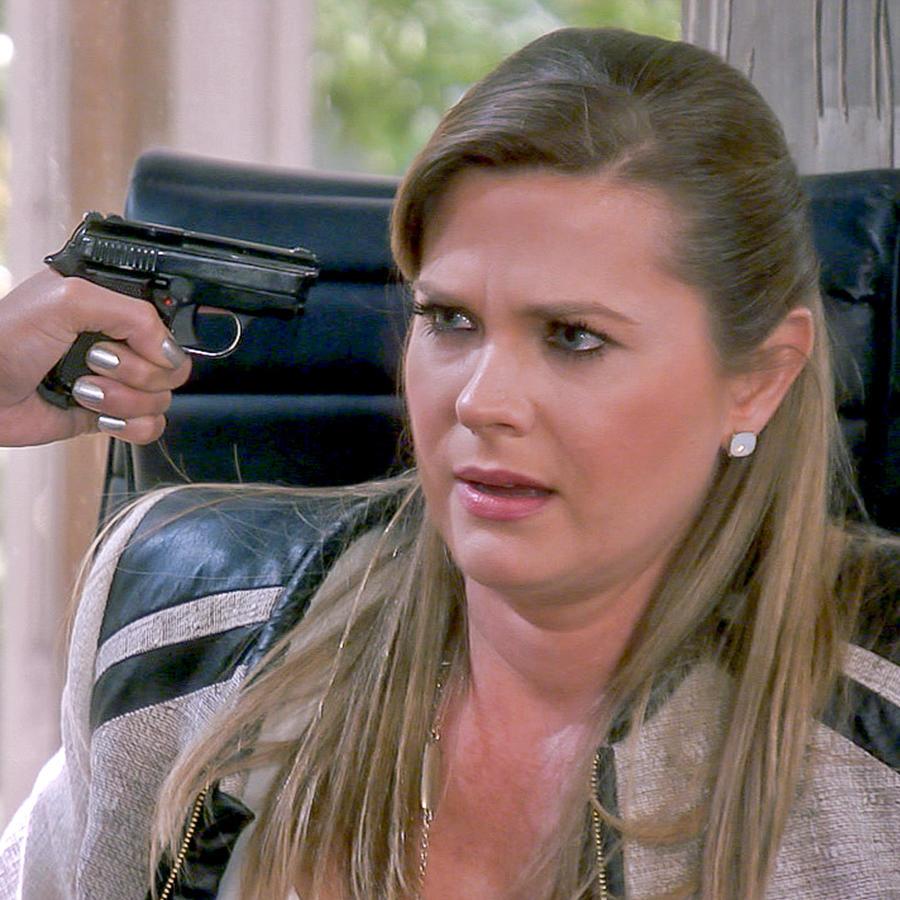 Sonya Smith amenazada con una pistola en Tierra de Reyes