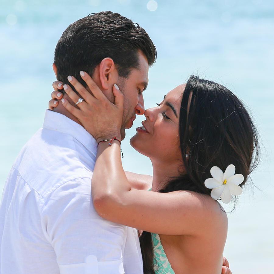 Scarlet gruber y Christian de la Campa besándose en la playa Tierra de Reyes