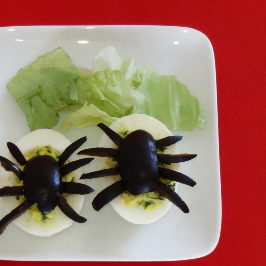 Huevos con aceitunas en forma de araña