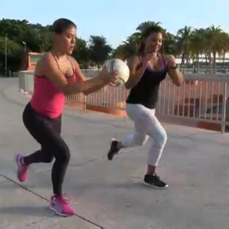 Dos amigas hacen ejercicio en una plaza