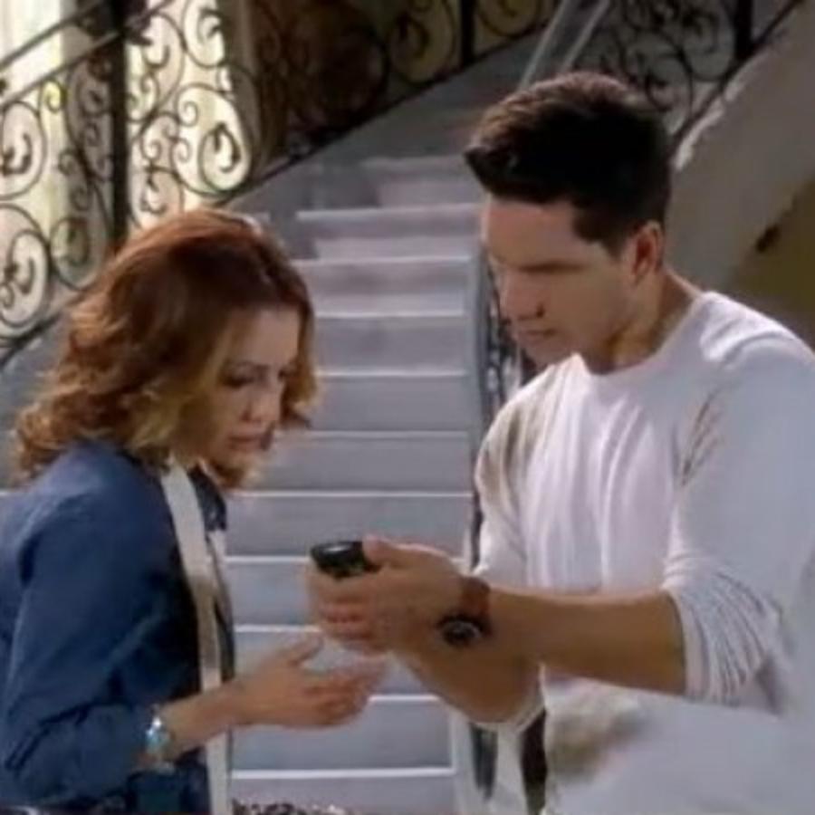 Edith González le muestra a Arap Bethke la llamada de Marlene en Eva La Trailera