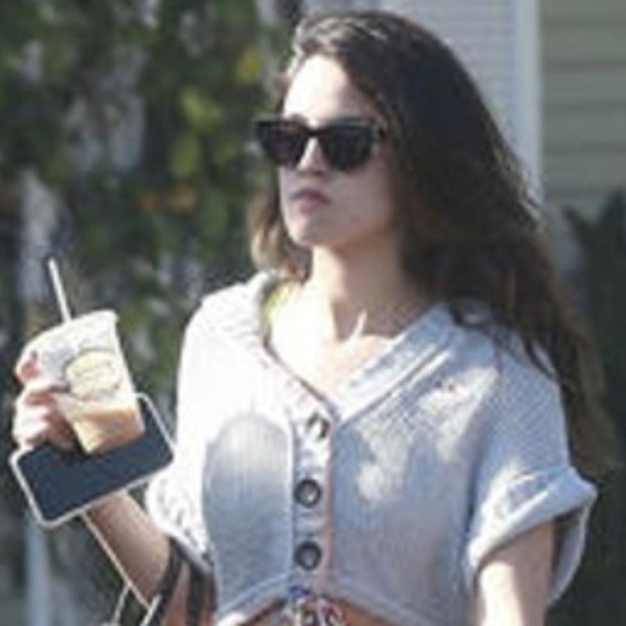 Eiza González tomando café