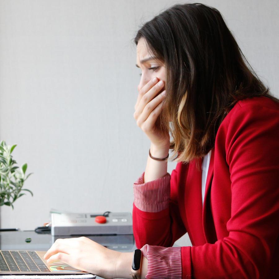 Chica llorando frente a la computadora