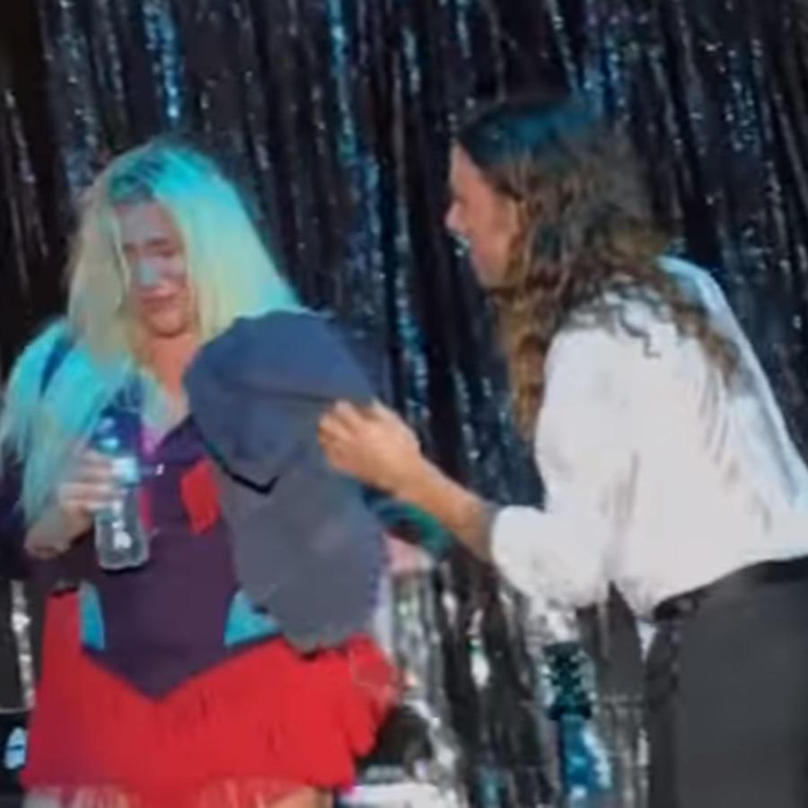 Kesha llorando sobre el escenario