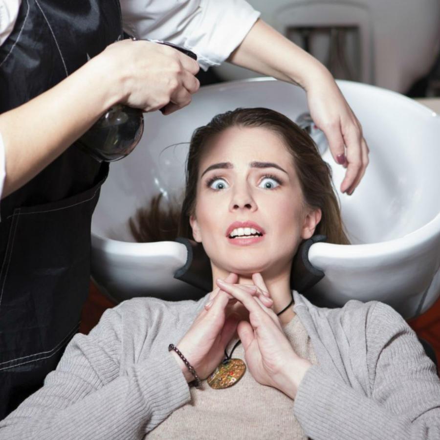 Mujer asustada en el salón de belleza