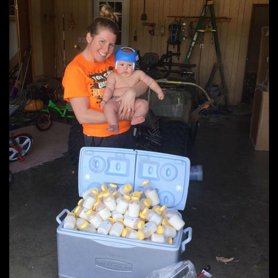 Danielle Palmer cargando a su bebé