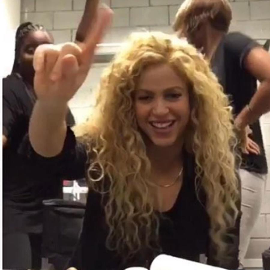 Shakira baila con sus maquillistas