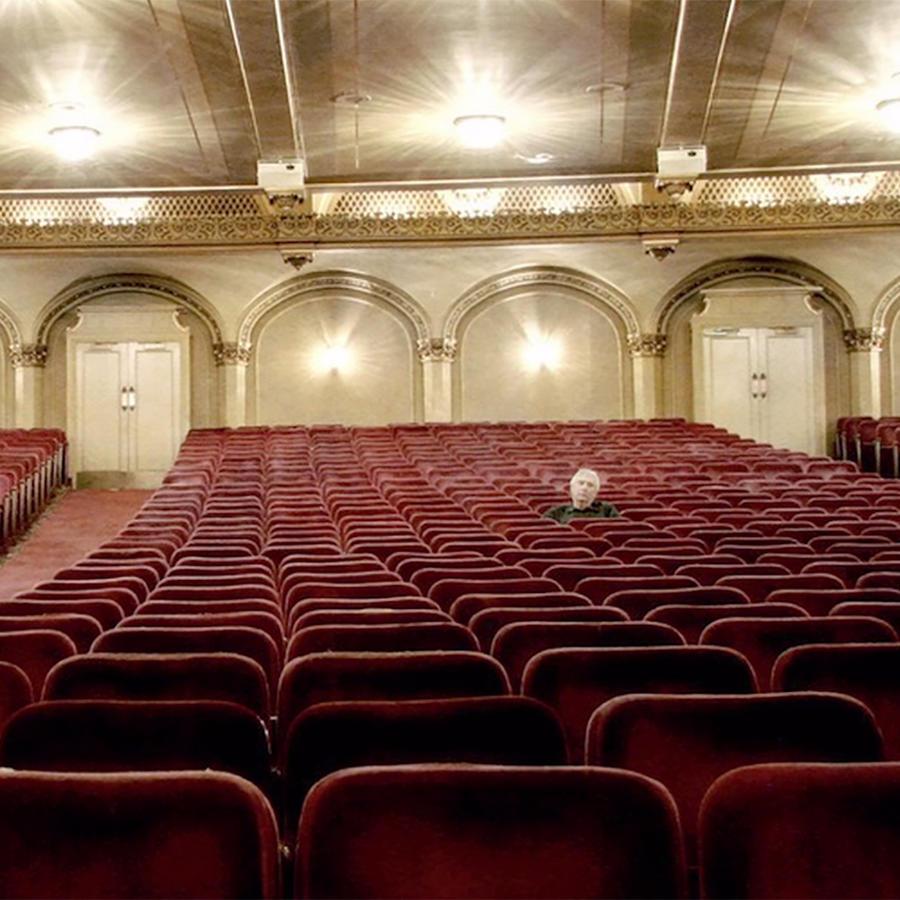 Butacas vacías en una sala de cine clásico.