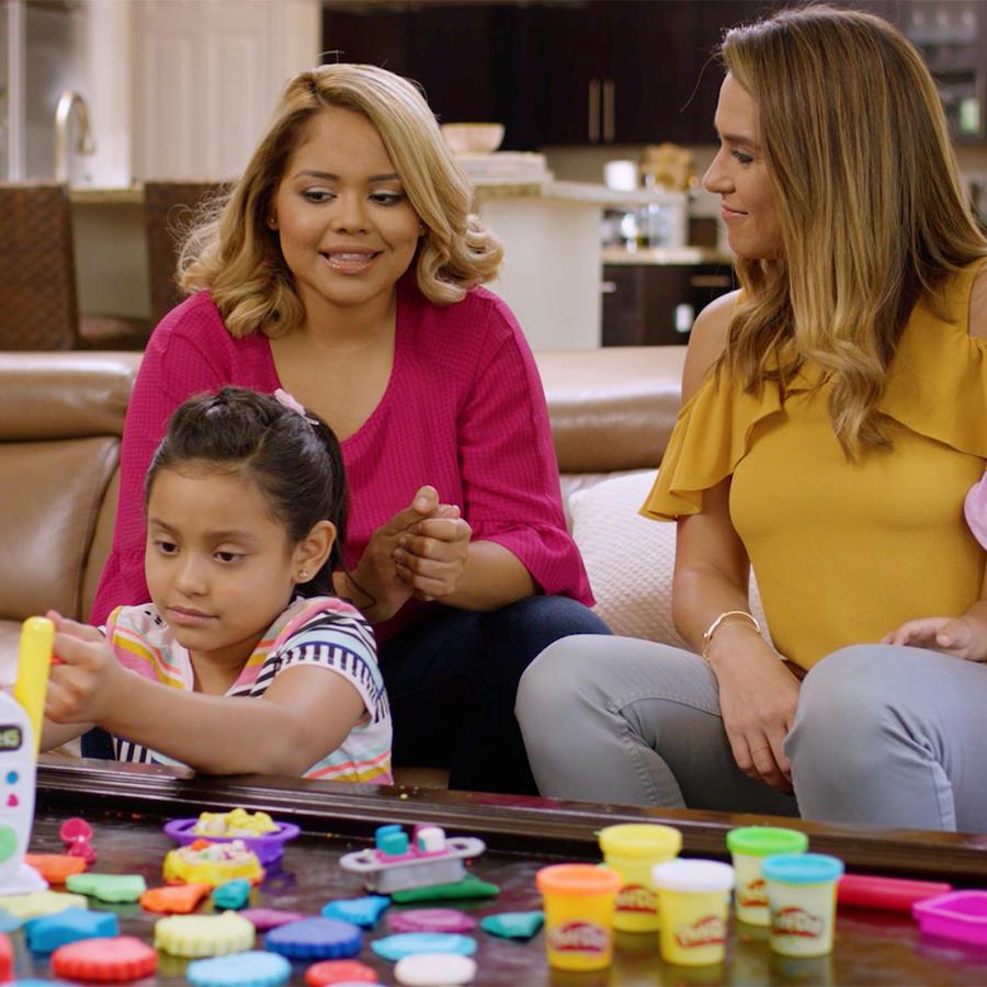 Erika de la Vega jugando con niños