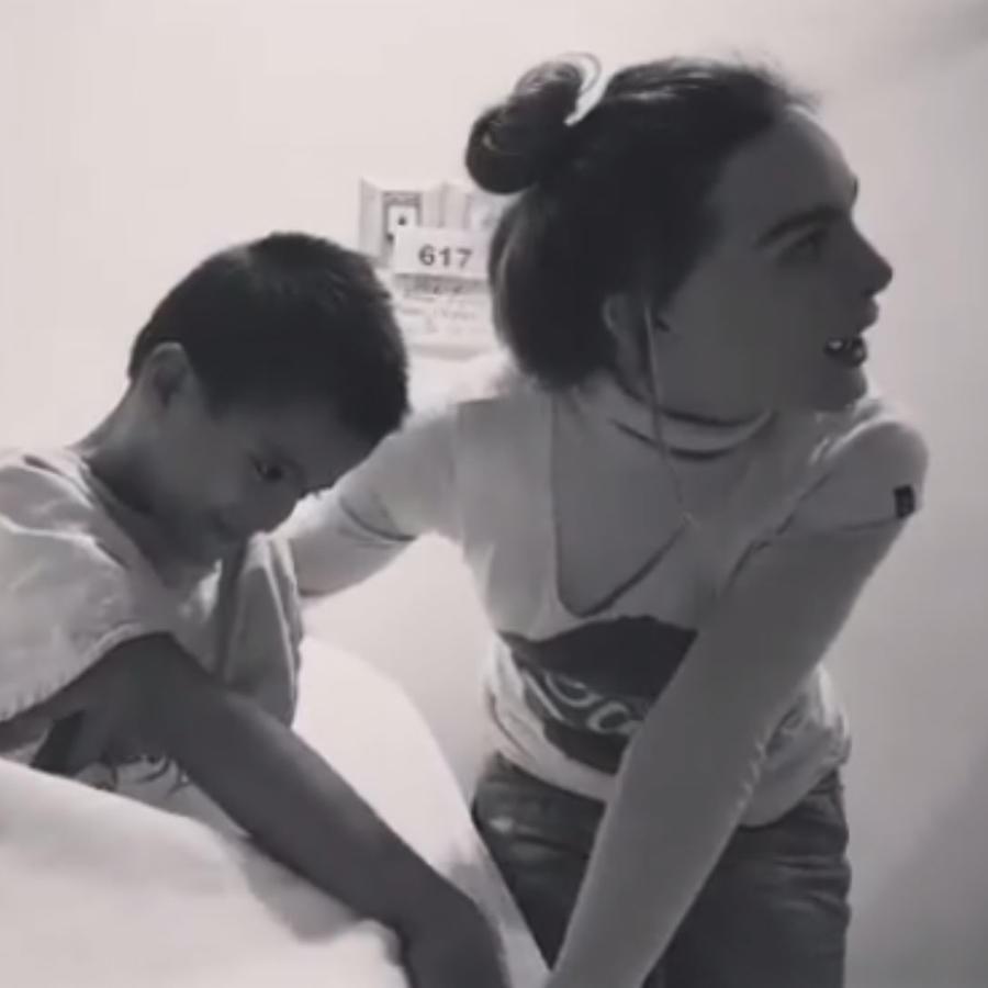 Belinda en hospital con un niño