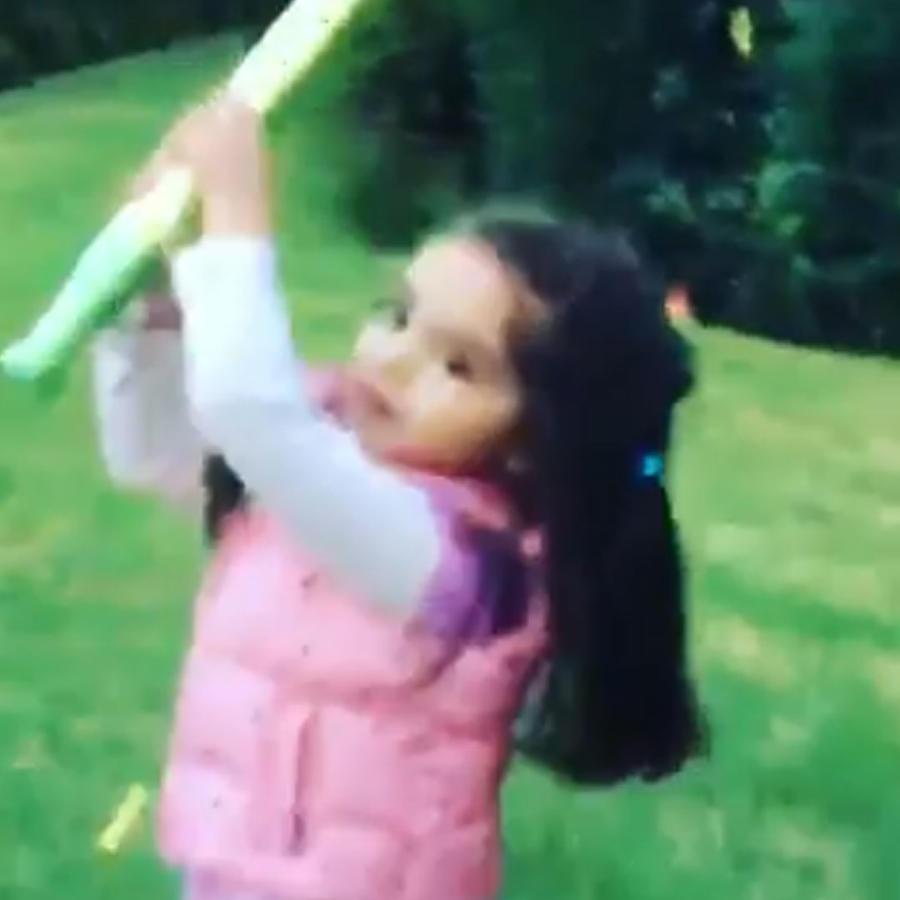 Mira a la hija de Eugenio Derbez divertida en su primera posada