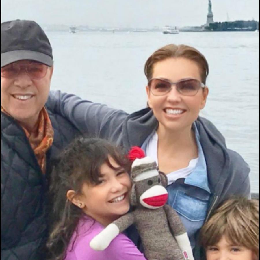 Thalía con su familia