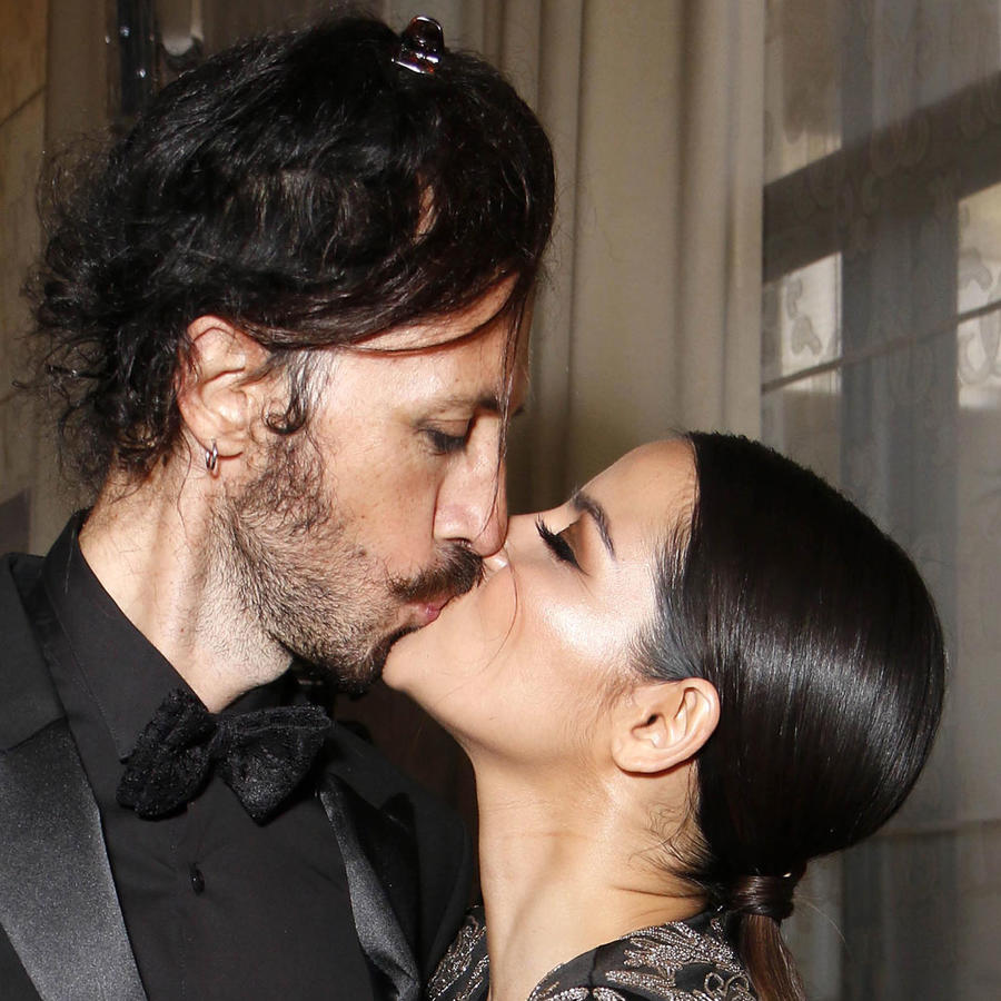 Maite Perroni besando a su novio Koko Stambuk