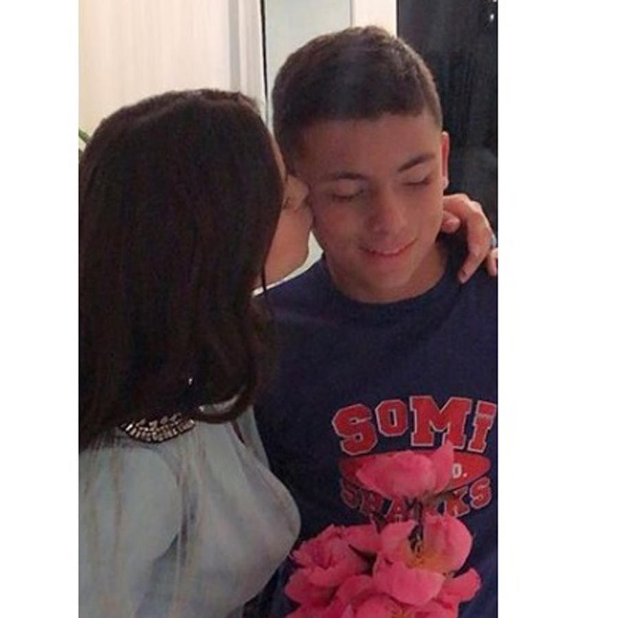 Ximena Duque besando en la mejilla a su hijo
