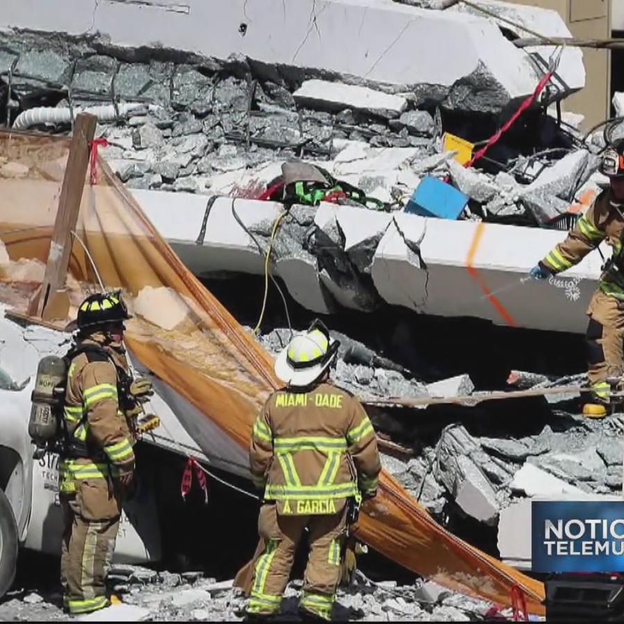 Rescatistas trabajan tras el derrumbe del puente peatonal de la Universidad Internacional de Florida, FIU