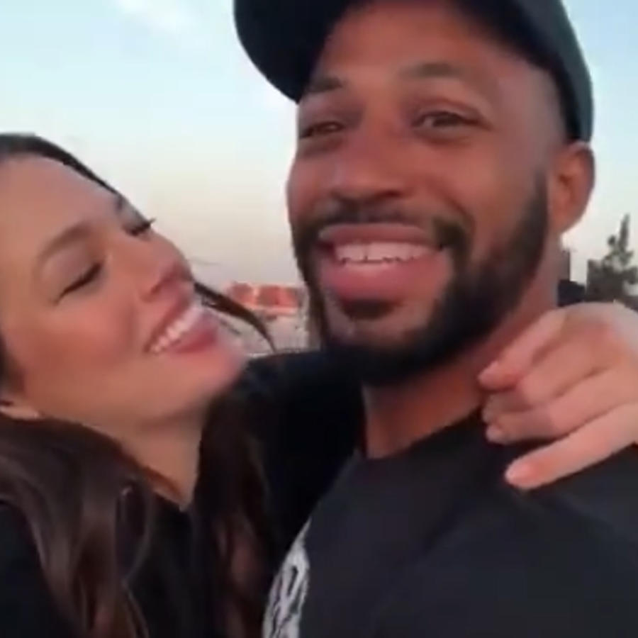 Ashley Graham abrazando a su esposo