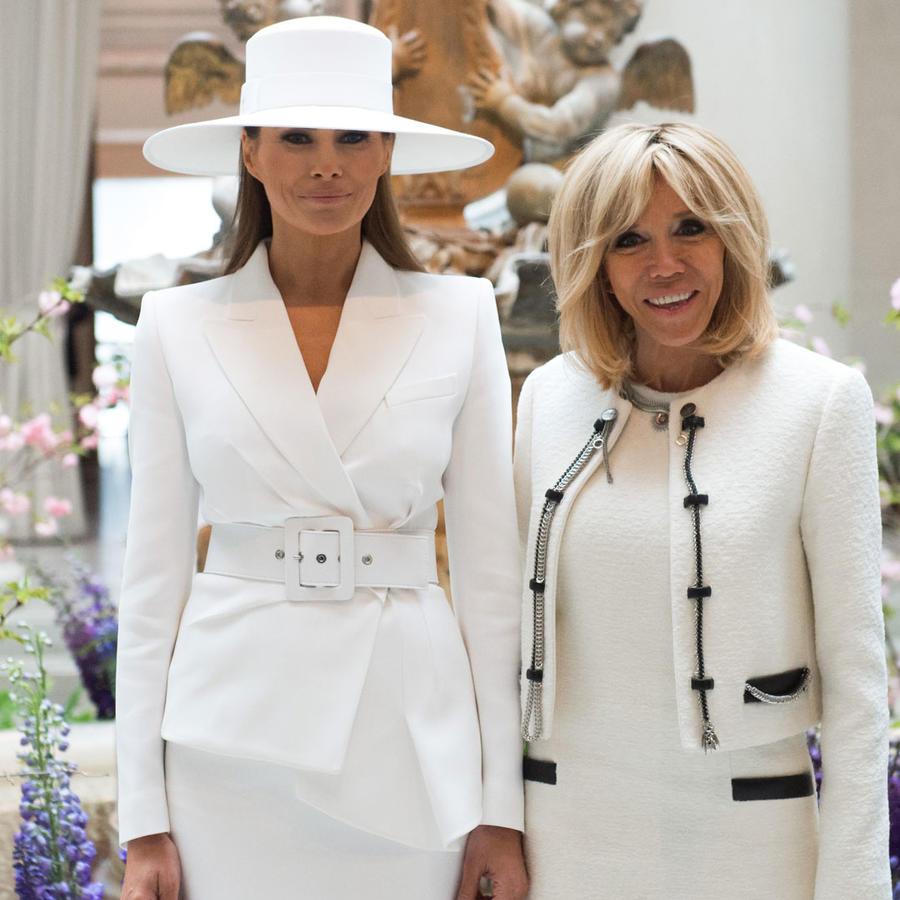 Melania Trump posando con la primera dama de Francia