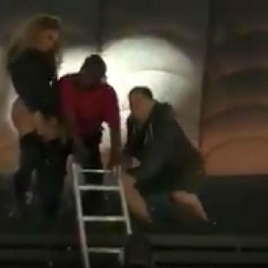 Beyoncé parada junto a una escalera