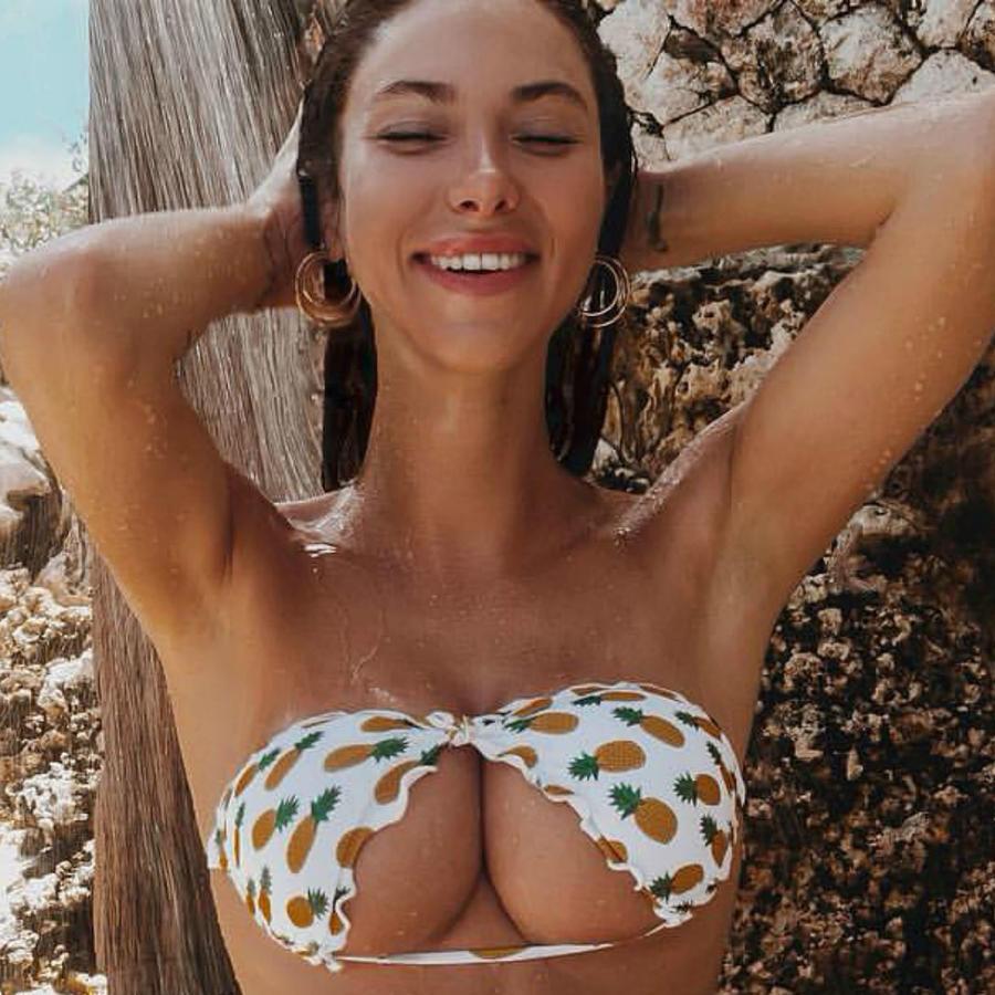 Modelo usando el bikini al revés