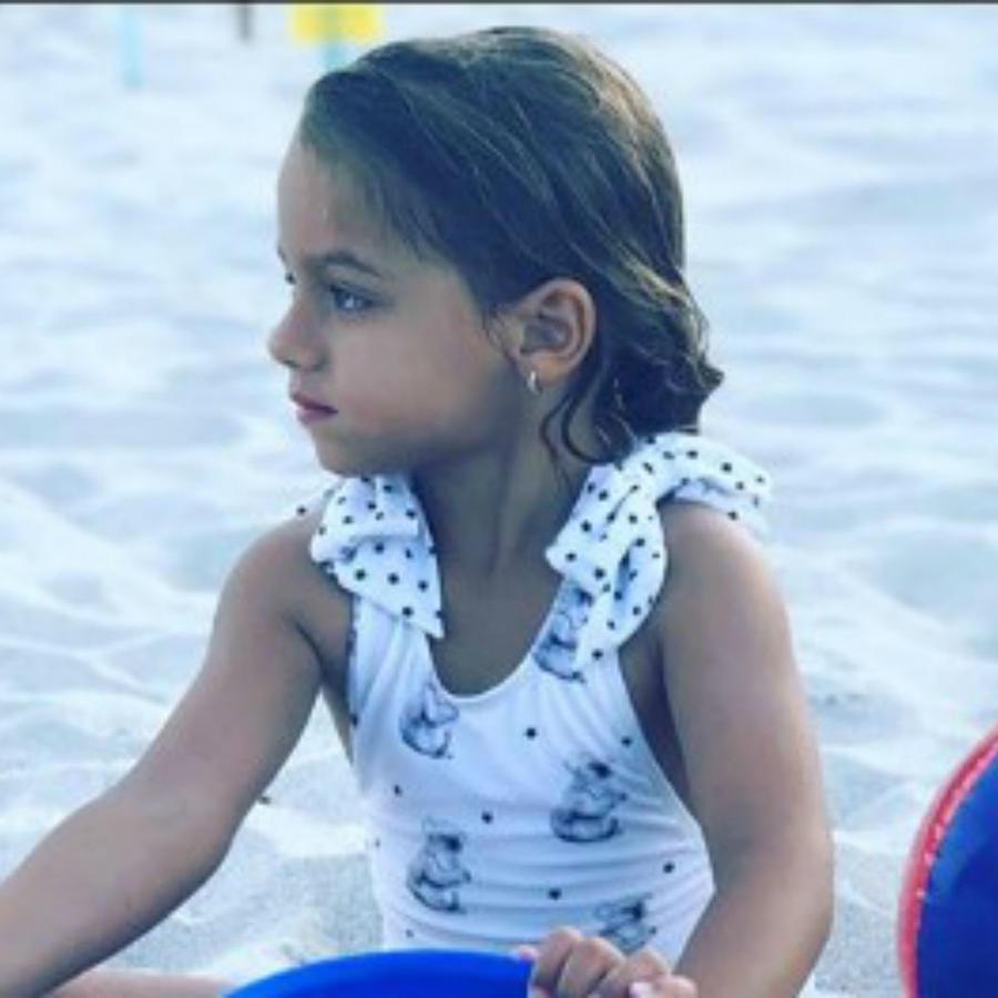 Alaïa jugando en la playa